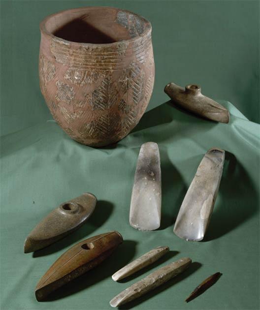 Les haches de combat dites en forme de bateau sont typiques de la culture des haches de combat de Bornholm. Les récipients en poterie et les haches, les ciseaux et les flèches en silex sont également des cadeaux funéraires courants sur l'île de Bornholm. (Musée national du Danemark)