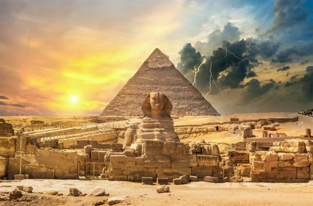 La Grande Pyramide de Gizeh et le Sphinx avec un orage en arrière-plan. (Givaga / stock Adobe)