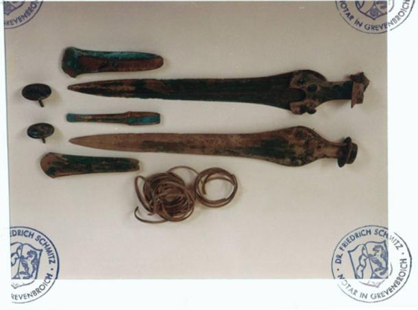 Des épées, des haches et des anneaux de bras de l'âge du bronze auraient été trouvés avec le Nebra Sky Disk. État avant la remise des trouvailles au Landesmuseum Halle. La correspondance des photos avec les originaux a été notariée le 25.1.2002. (Photo : Hildegard Burri-Bayer/Archäologische Informationen)