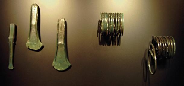 Le ciseau, les têtes de hache et les anneaux de bras qui auraient été trouvés avec le disque. (DBachmann/CC BY SA 3.0)