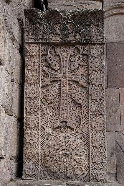 Un khachkar, est une croix de pierre arménienne caractéristique de l'art médiéval chrétien arménien. (Inna / CC BY)