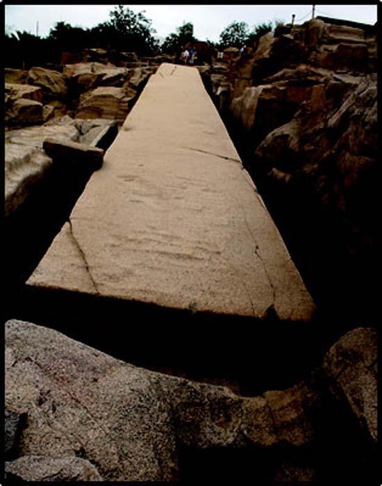 Le grand obélisque inachevé dans la carrière d'Assouan. (auteur fourni)