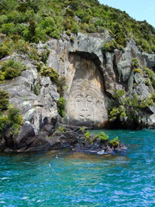Sculptures rupestres maories à Mine Bay sur le lac Taupō. (QFSE Media / CC BY-SA 3.0 NZ)
