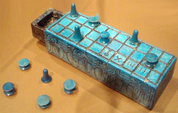 Plateau de faïence senet et pièces de jeu portant le nom d'Amonhotep III. Apparemment de Thèbes, et peut-être de sa tombe. (Keith Schengili-Roberts / Licence de documentation libre GNU)