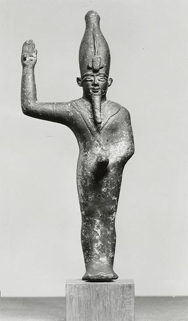 La représentation du momiforme Amun-Min-Kamutef avec un phallus en érection fait allusion à son rôle de dieu de la fertilité. Son bras droit est levé dans un geste de réjouissance, au 7e siècle avant J.-C. (Musée d'art Walters / Domaine public)