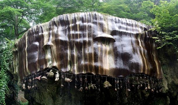 Le Dropping Well, adjacent à la grotte de la vieille mère Shipton, sur la rive sud-ouest de la rivière Nidd à Knaresborough.