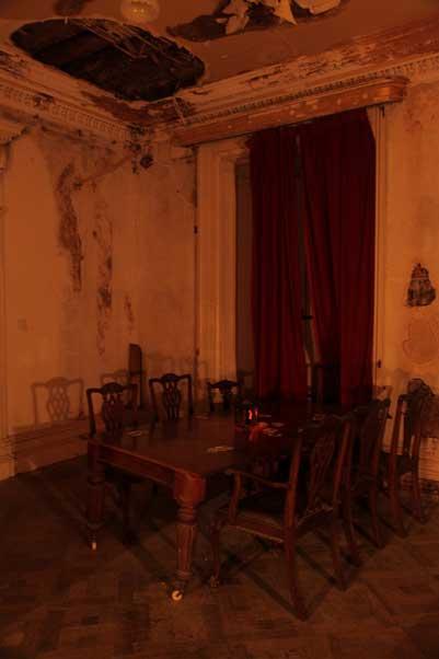 La salle de tapisserie de la maison Loftus. Est-ce vraiment la table de cartes où un étranger se serait transformé en diable et aurait tiré à travers le plafond ?