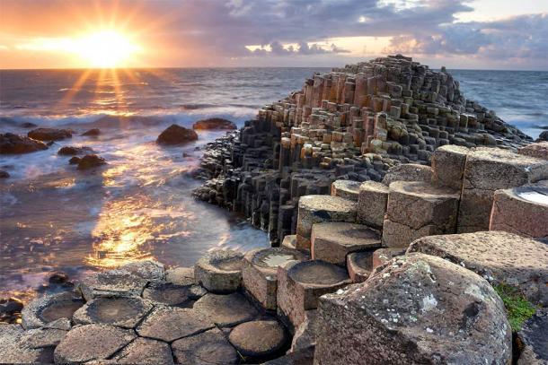 Coucher de soleil sur la Chaussée des Géants, Irlande du Nord. (aitormmfoto /Adobe Stock)