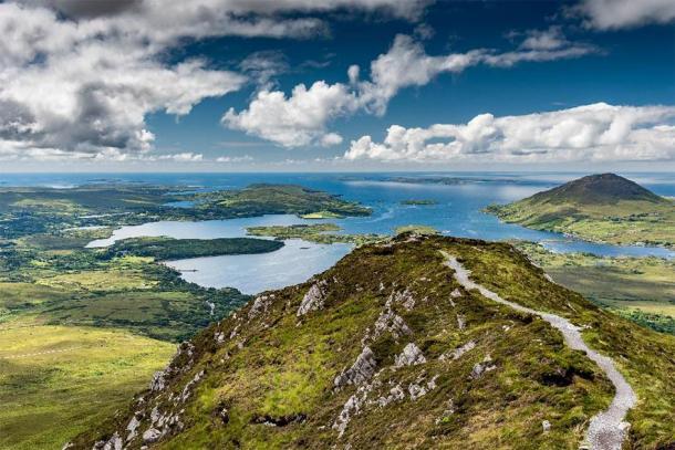 Le sentier de randonnée au sommet de Diamond Hill dans le parc national du Connemara, en Irlande. (Louis-Michel DESERT /Adobe Stock)
