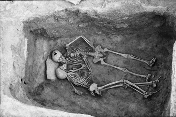 Hansanlu aime les squelettes dans leur tombe éparse