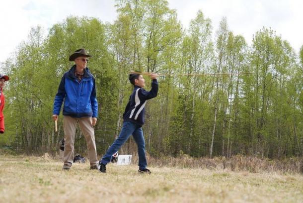 Lancer de lance Atlatl. Un élève de sixième année de la région d'Anchorage apprend à utiliser un atlas au Campbell Creek Science Center sous la supervision de l'archéologue Robert King. (Gleason the Bureau of Land Management in Alaska/ CC BY 2.0)