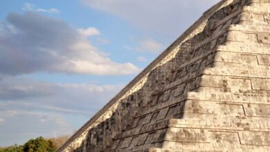 Chichén Itzá's shadow revealed during the spring equinox on Kukulcán.