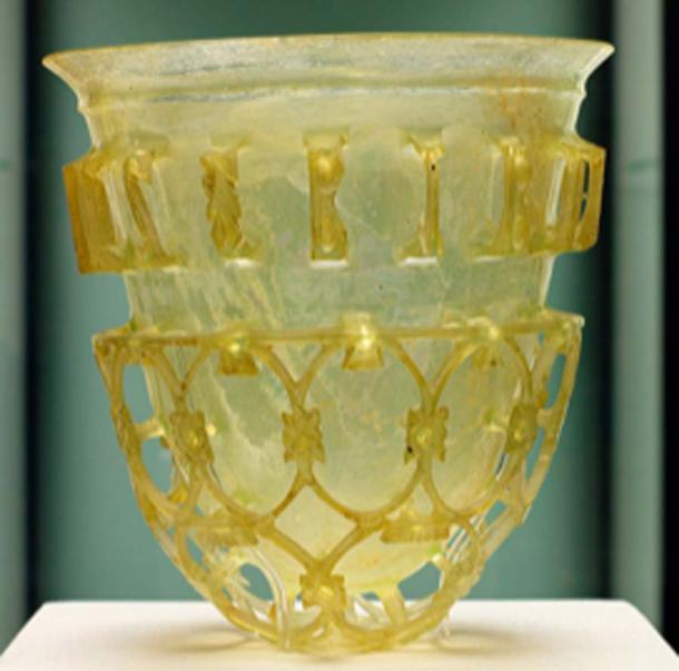Gobelet en verre romain de la seconde moitié du IVe siècle. Le pigment jaune est dérivé de l'antimoniate de plomb. (MatthiasKabel / CC BY-SA 4.0)