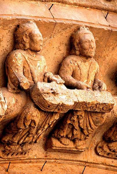 Relief du XIIe siècle indiquant que deux joueurs devaient jouer l'organtrum. Église de Toro, Zamora, Espagne.