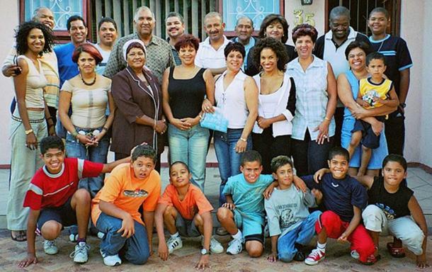 Famille étendue de couleur d'Afrique du Sud présentant un certain spectre de coloration de la peau humaine. (Obersachse / Domaine public)
