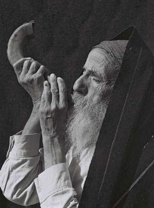Juif yéménite soufflant le shofar, 1947. (Domaine public)