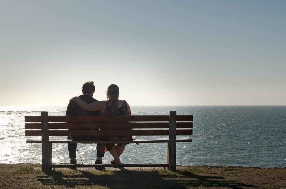 un couple profite de l'après-midi