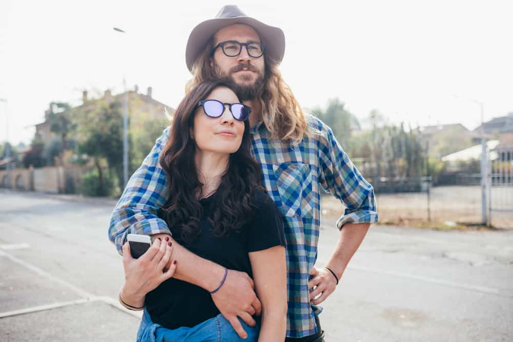 Un couple heureux s'embrasse en plein air