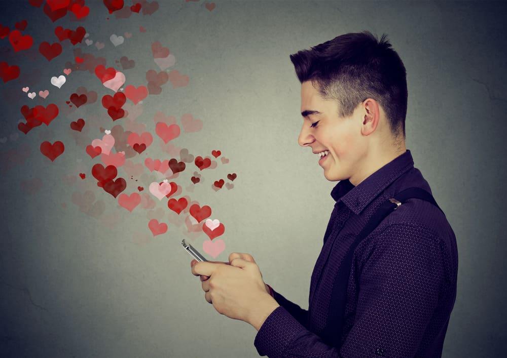 Un homme heureux qui envoie de l'amour