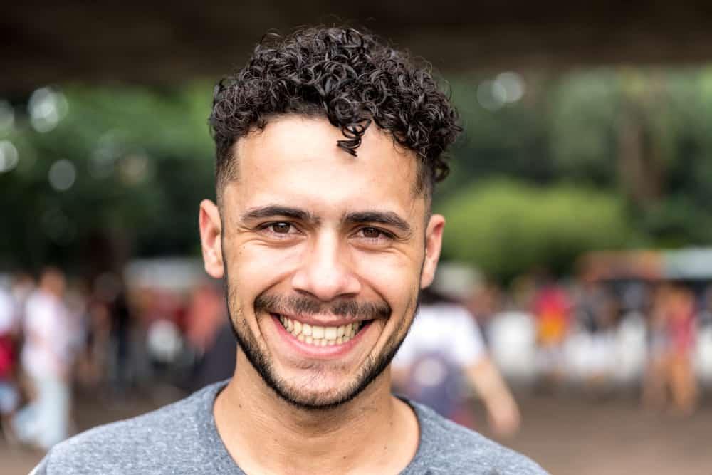 un brésilien qui sourit