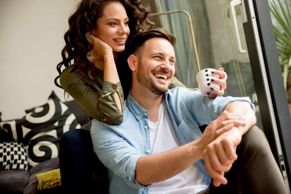 couple aimant à la maison