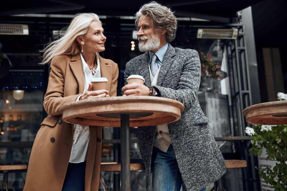 Un couple d'adultes qui boit du café