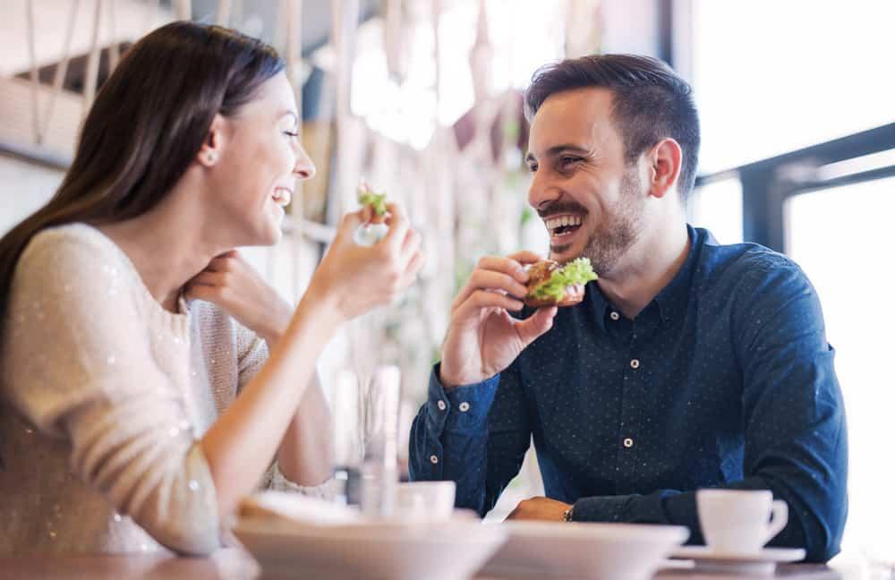 Un couple heureux prend son petit déjeuner