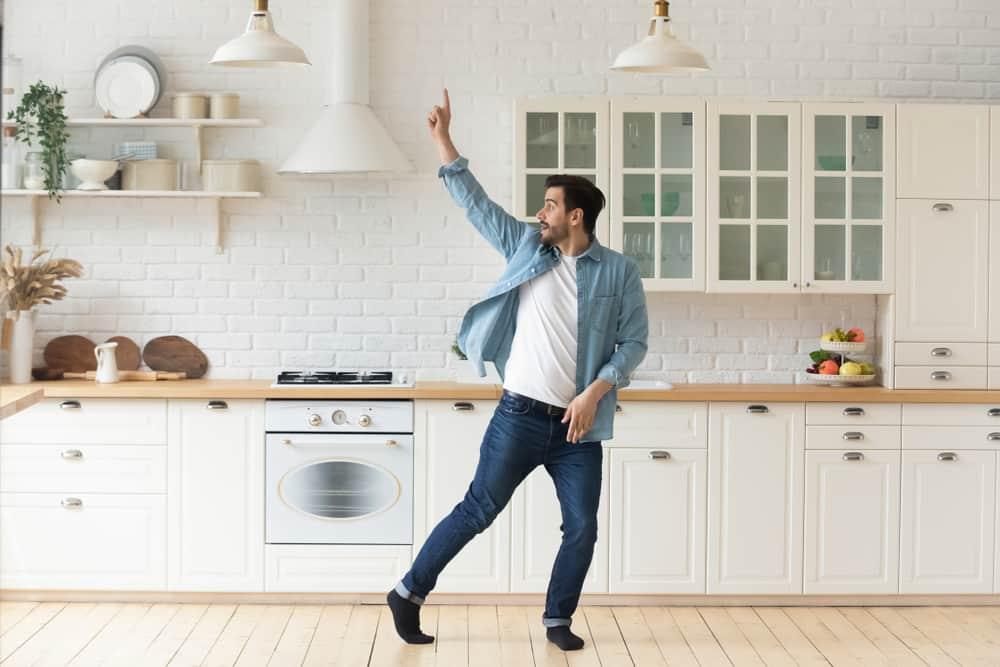 jeune homme dansant dans une cuisine