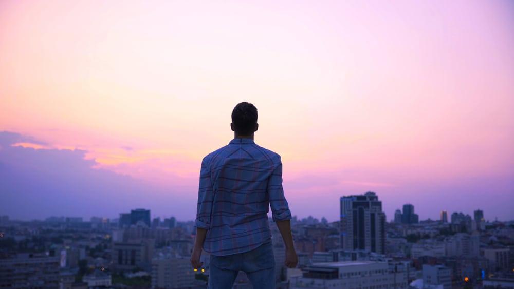 homme debout sur un toit