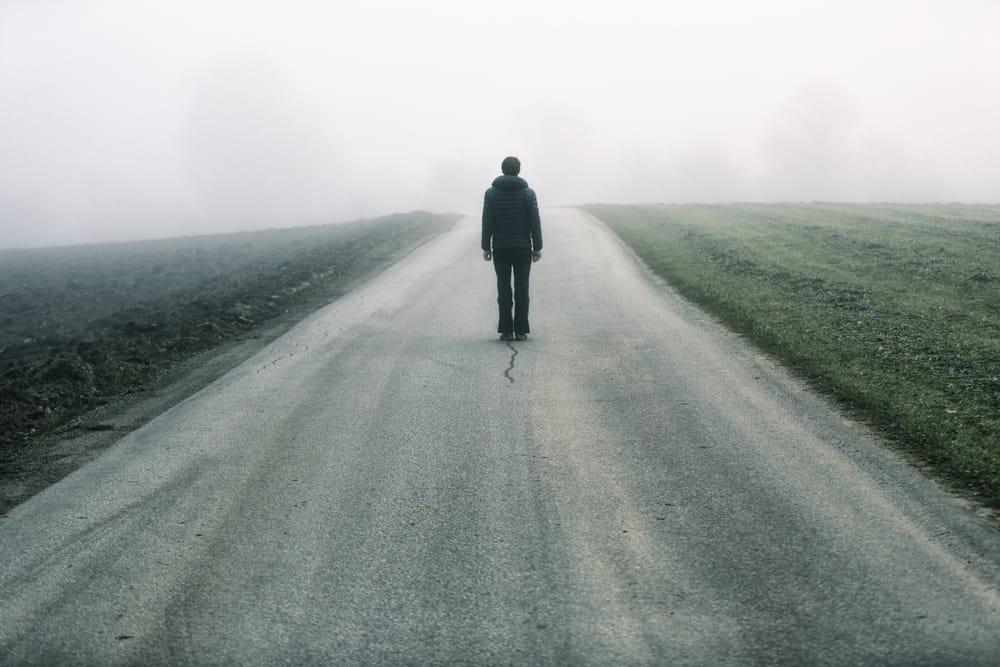 homme seul sur la route
