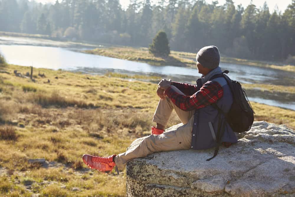 jeune homme assis seul