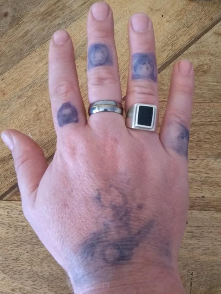 Tatouages à la main sur boîte à encre dans les 24 heures