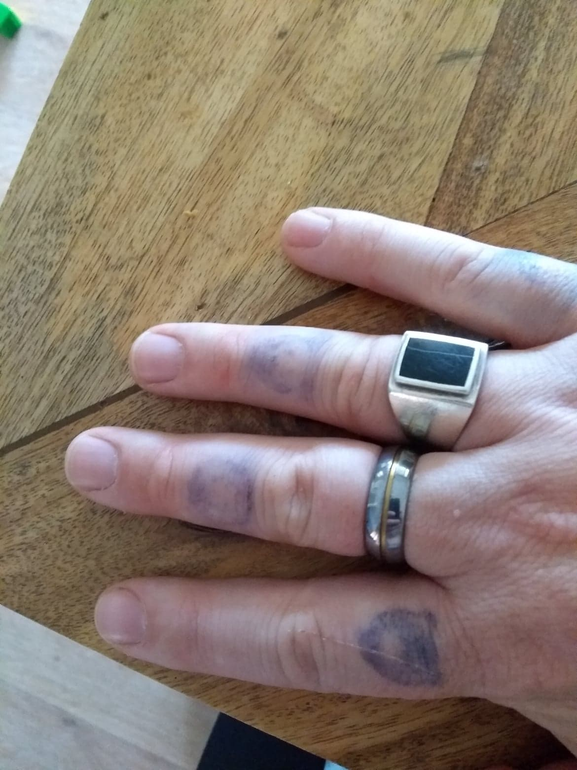 Tatouages au doigt sur cinq jours