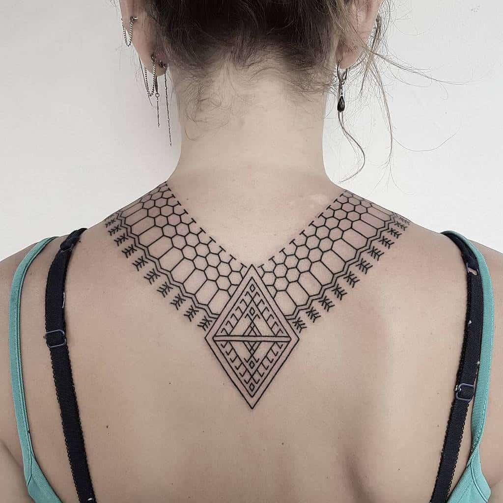 Petits tatouages tribaux sur le dos 2 raskinstyle