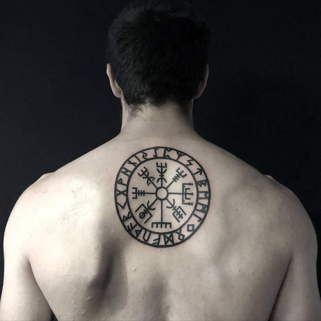 Petits tatouages tribaux sur le dos xochipilitattoo