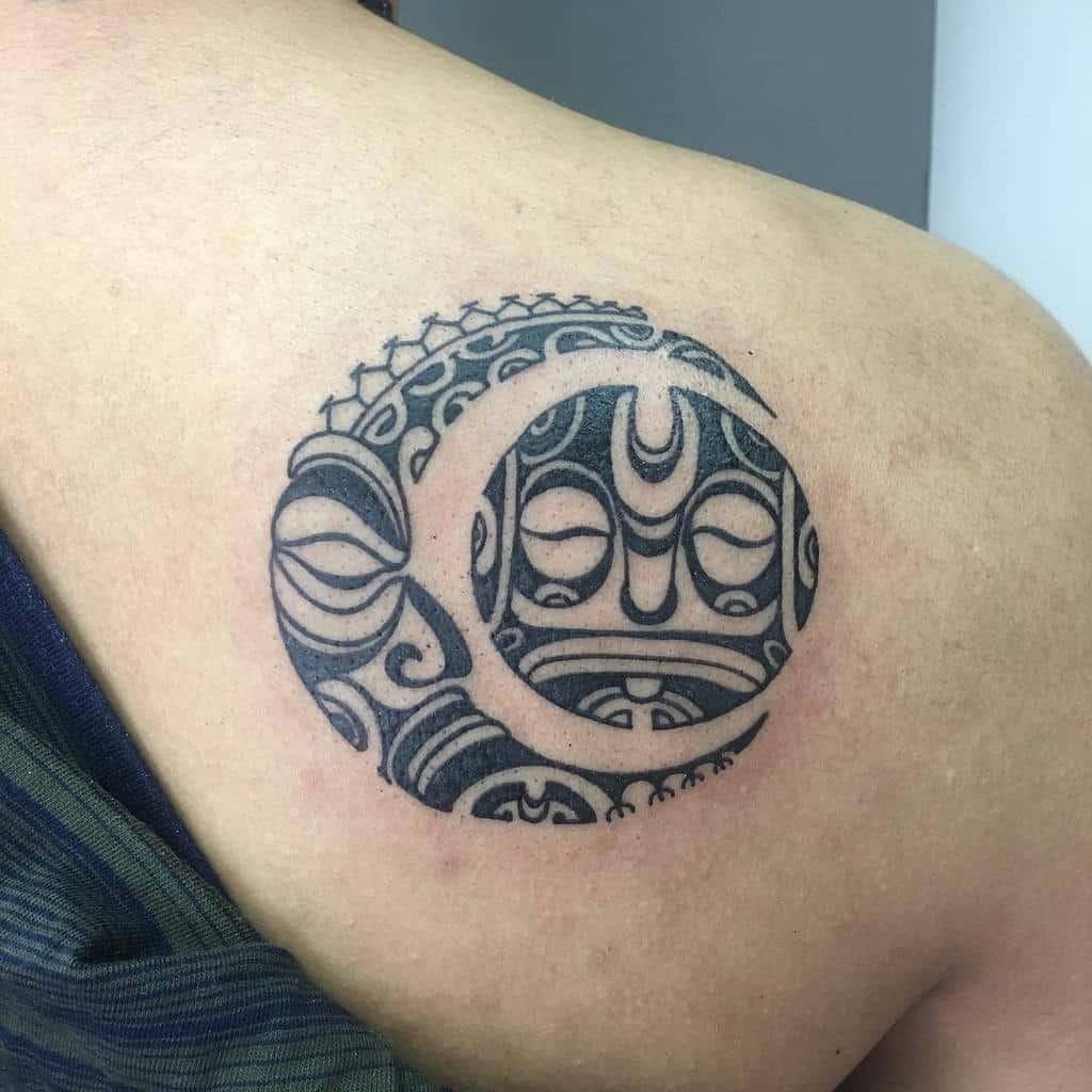 Petits tatouages tribaux sur les épaules eddieborneoink