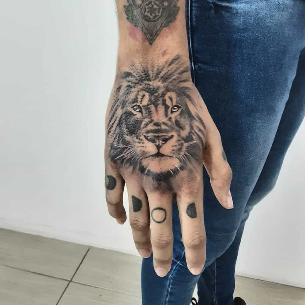 Tatouages de la main du petit lion campostattooink