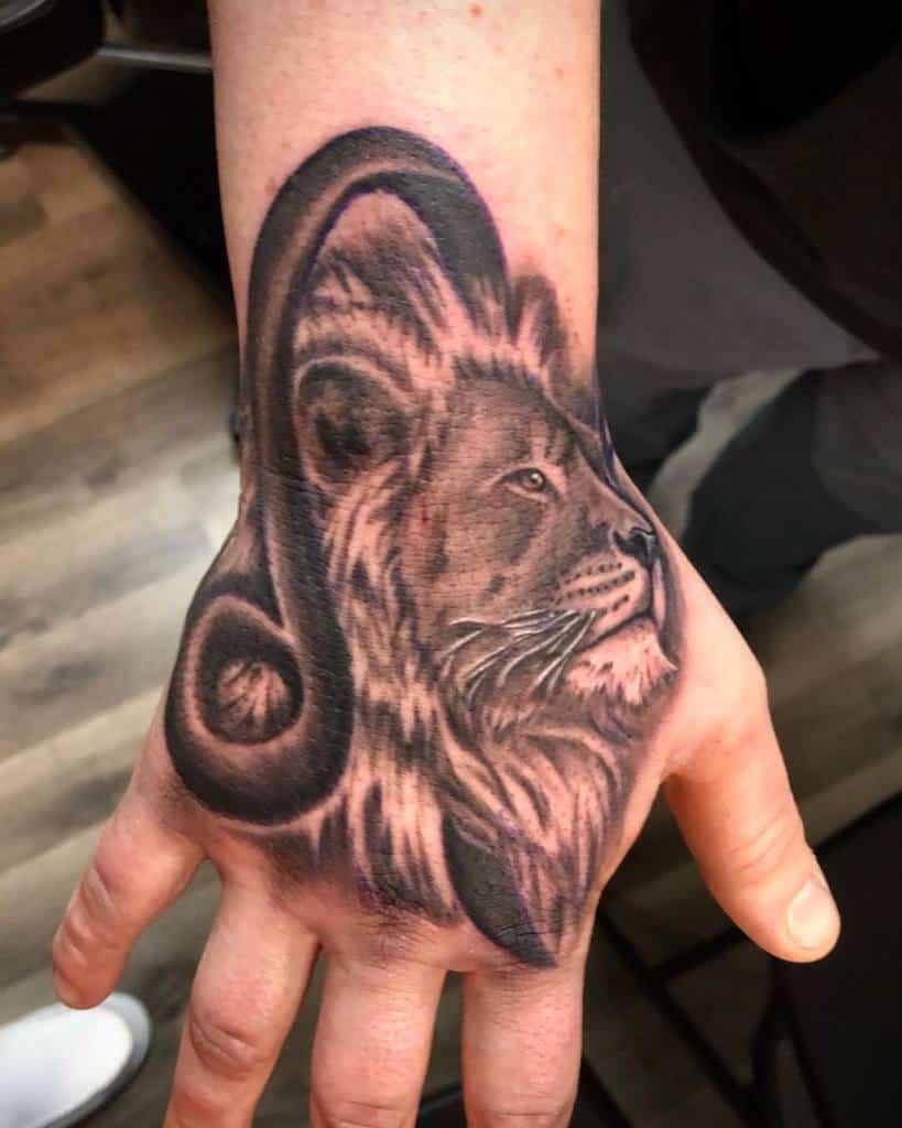 Tatouages de la main du petit lion alecander.michael