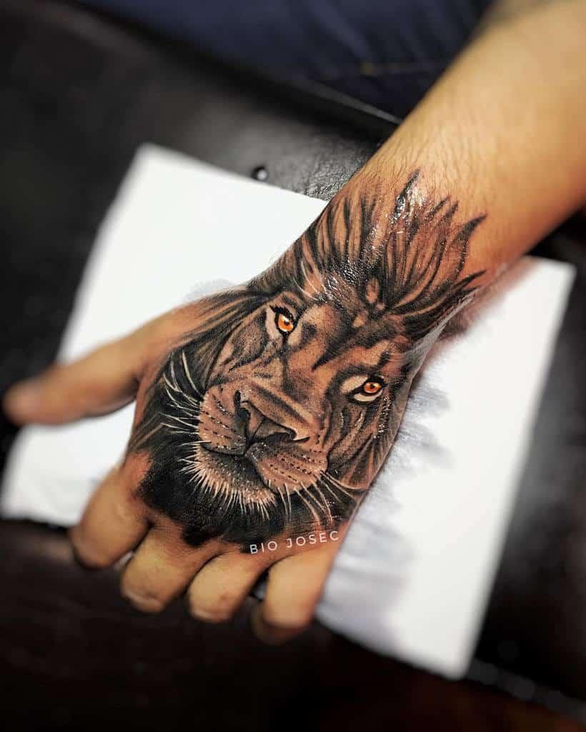 Tatouages aux doigts de la main du petit lion biojosec