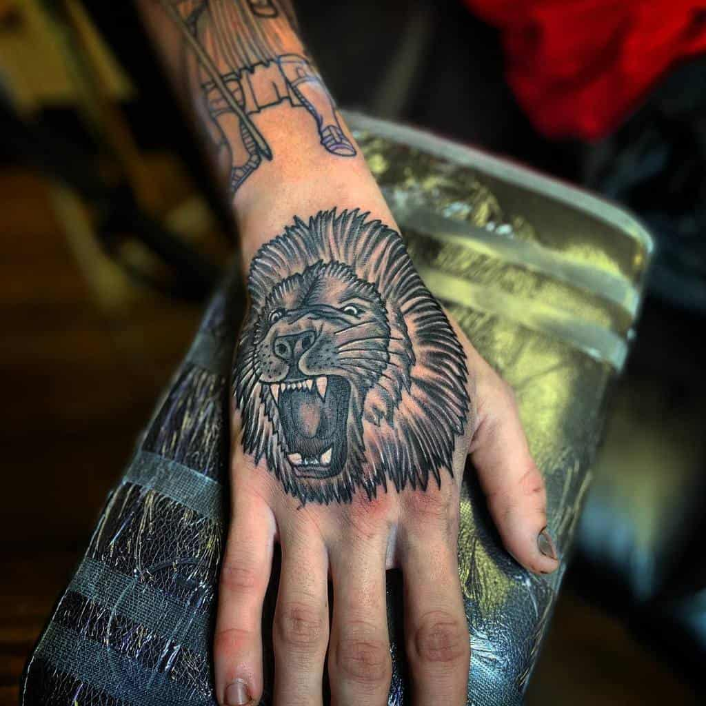 Tatouages des doigts de la main du petit lion kuttieink