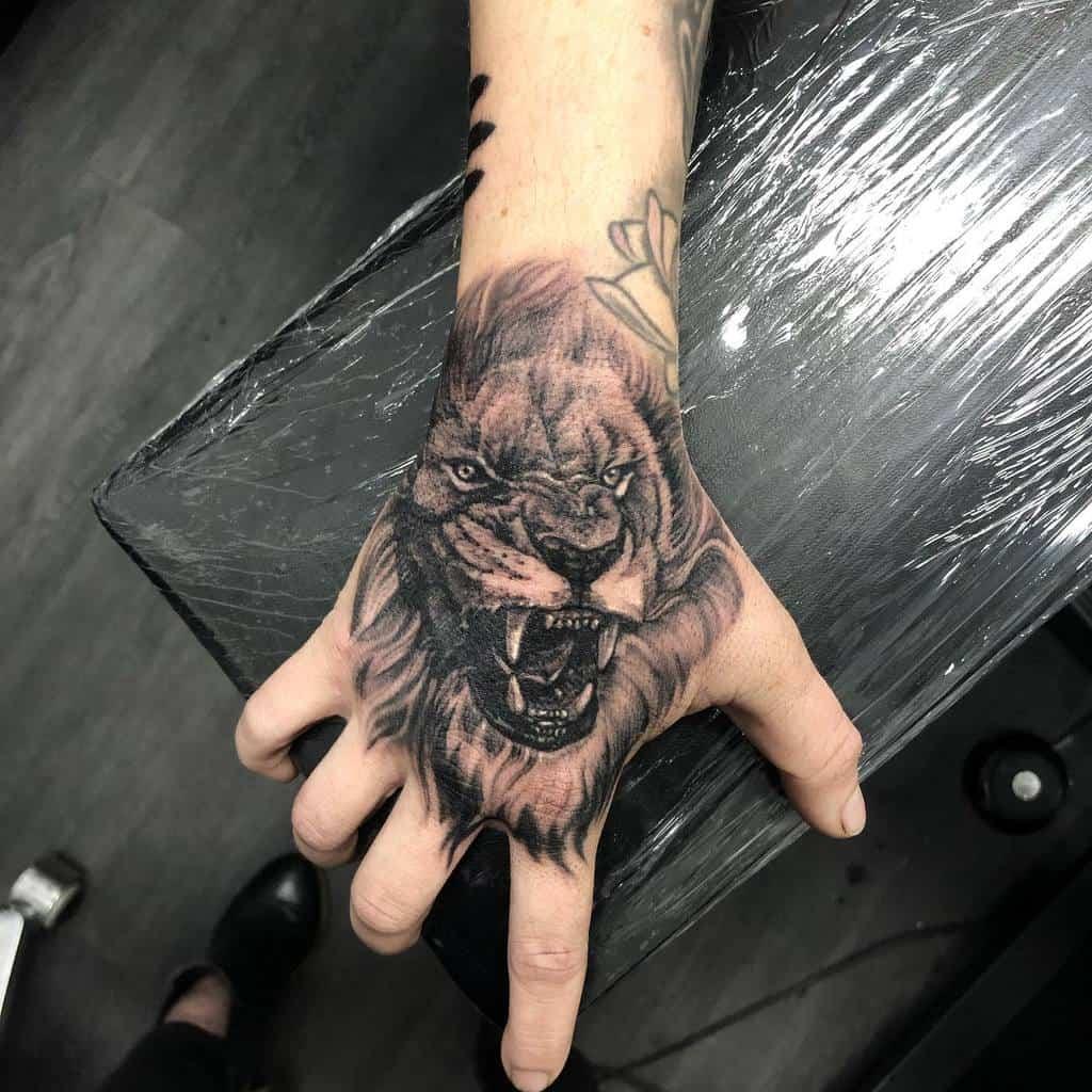 Tatouages des doigts de la main du petit lion bobbi_n_tattoo