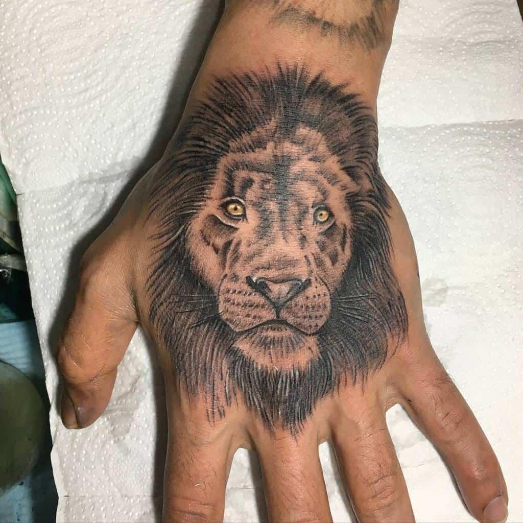 Tatouages de la main du petit lion sur toile de peau