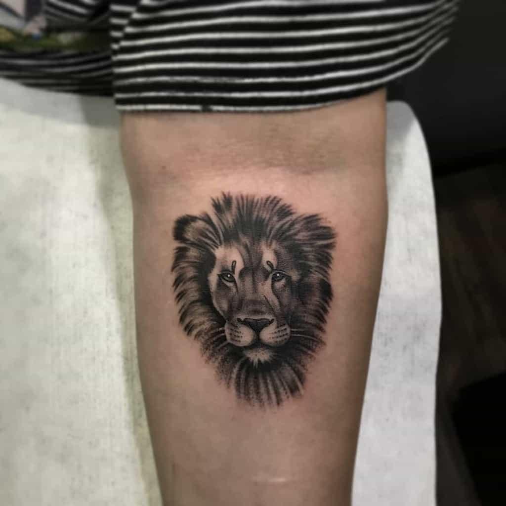 Tatouages de petits lions noirs jhojancriollo