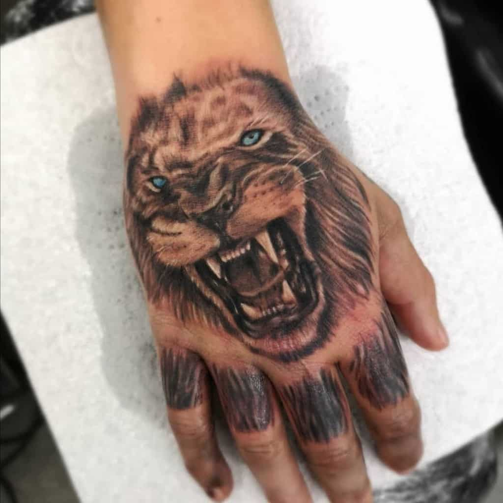 Tatouages de la main du petit lion undergroundtattoos_stevenage