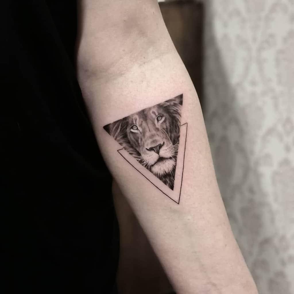 Tatouages d'avant-bras de petits lion : bloodflowertattoo
