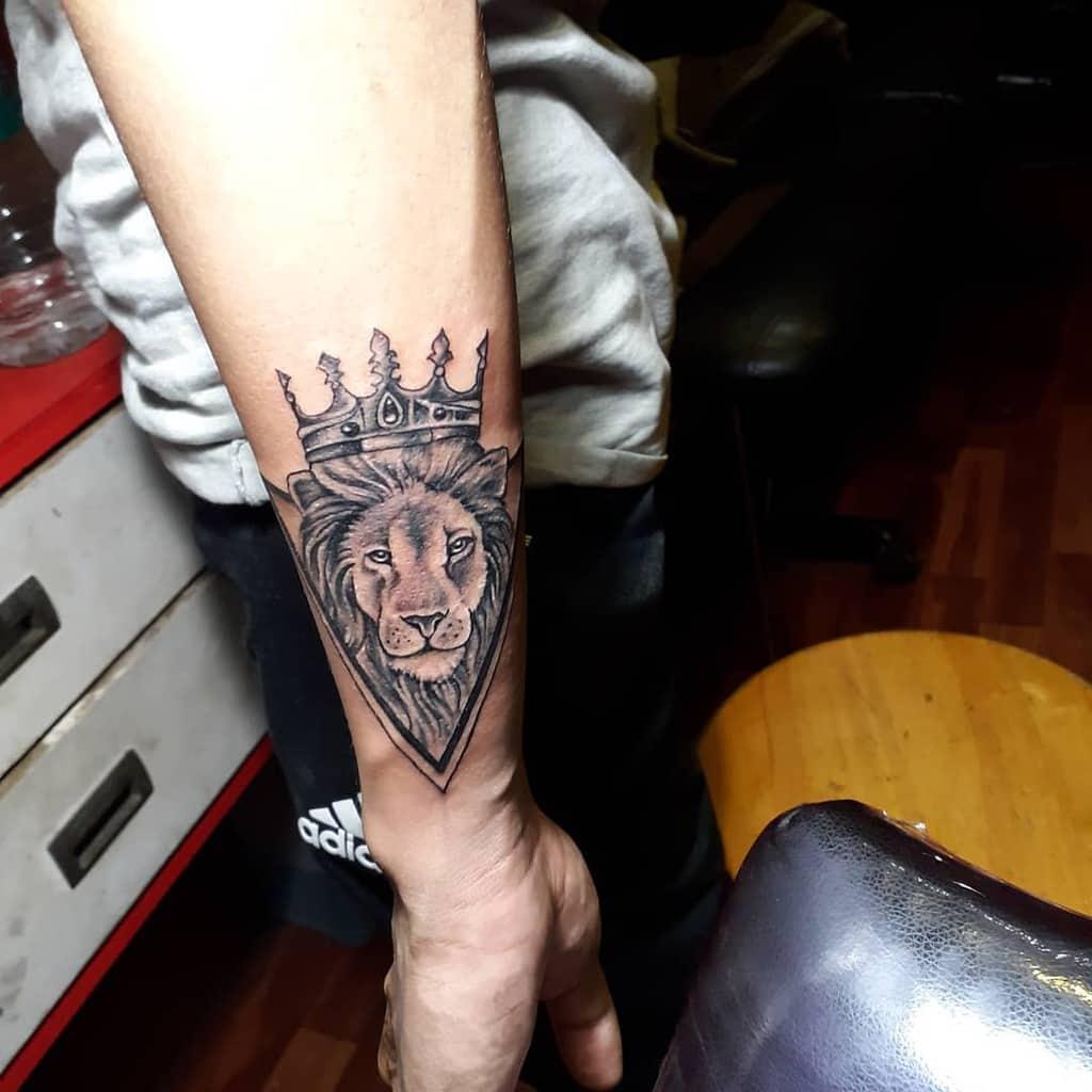 Tatouages de poignet de petit lion inkfusiontattoostudio