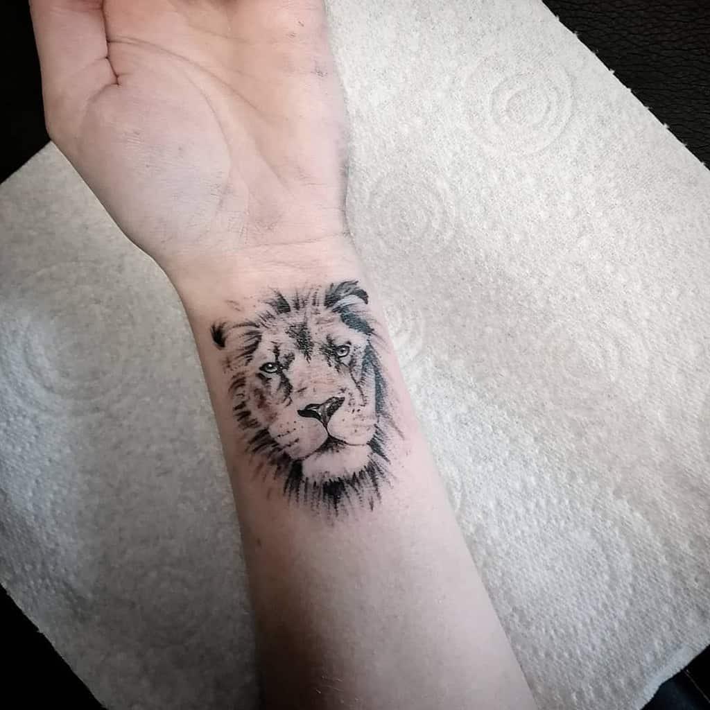 Tatouages de poignets de petits lions shaun_tattooartist