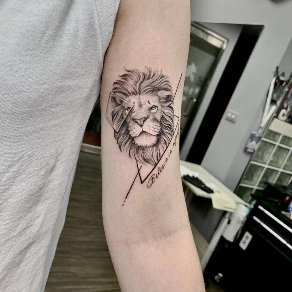 Tatouages de petits lion sur les bras cangwu_tattoo