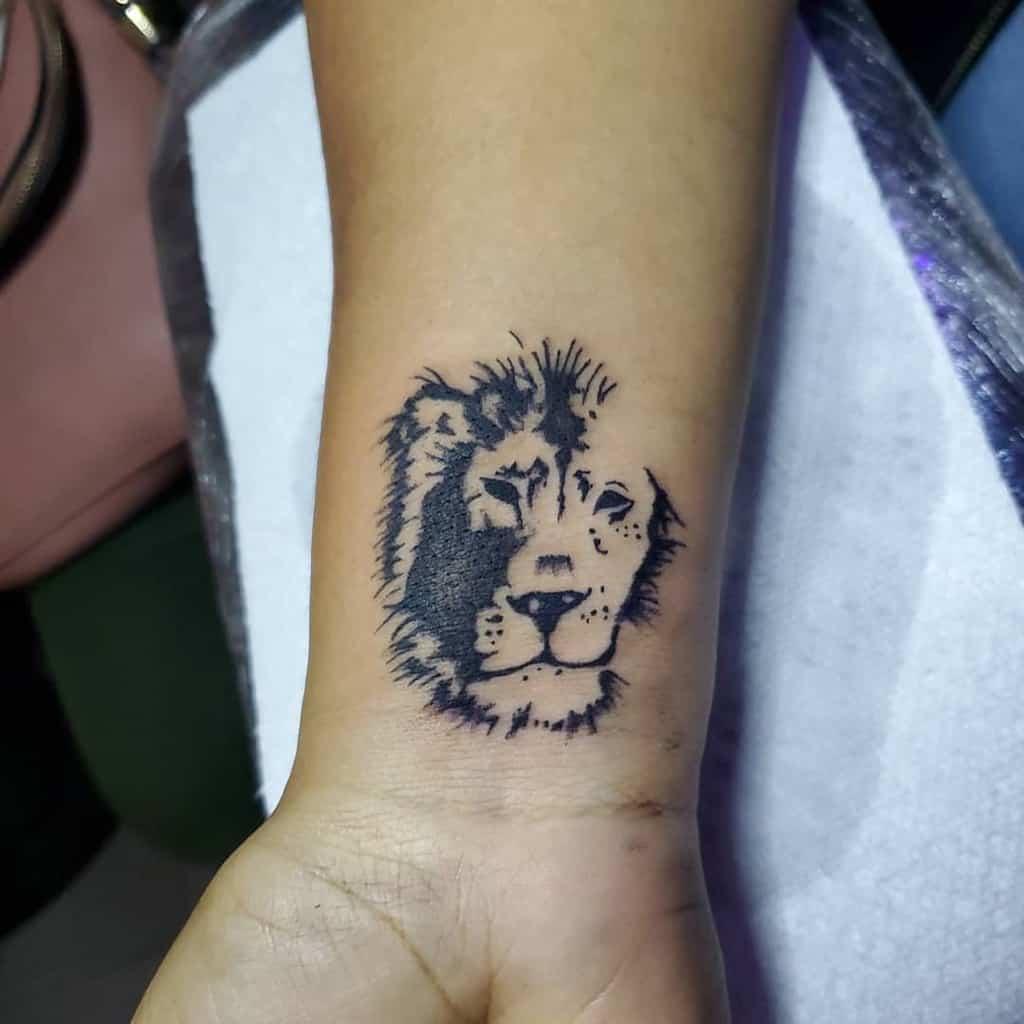 Tatouages de poignet de petit lion danny_tattoos