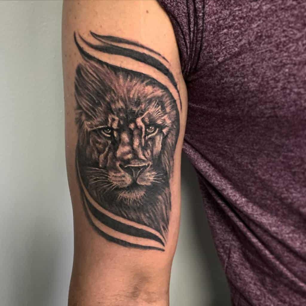 Tatouages de petits lion à bras supérieur